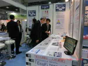 ENEX2015展示会場で、代表 省エネコンサルタントの伊藤智教氏より説明を受ける来場者