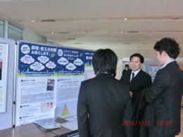 フォーラムロビー展で、来場者の熱心な質問に答える伊藤代表